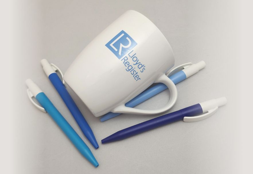 https://aviaprint-spb.ru/sites/default/files/cup-and-pens.jpg