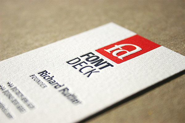 визитка с рельефной печатью