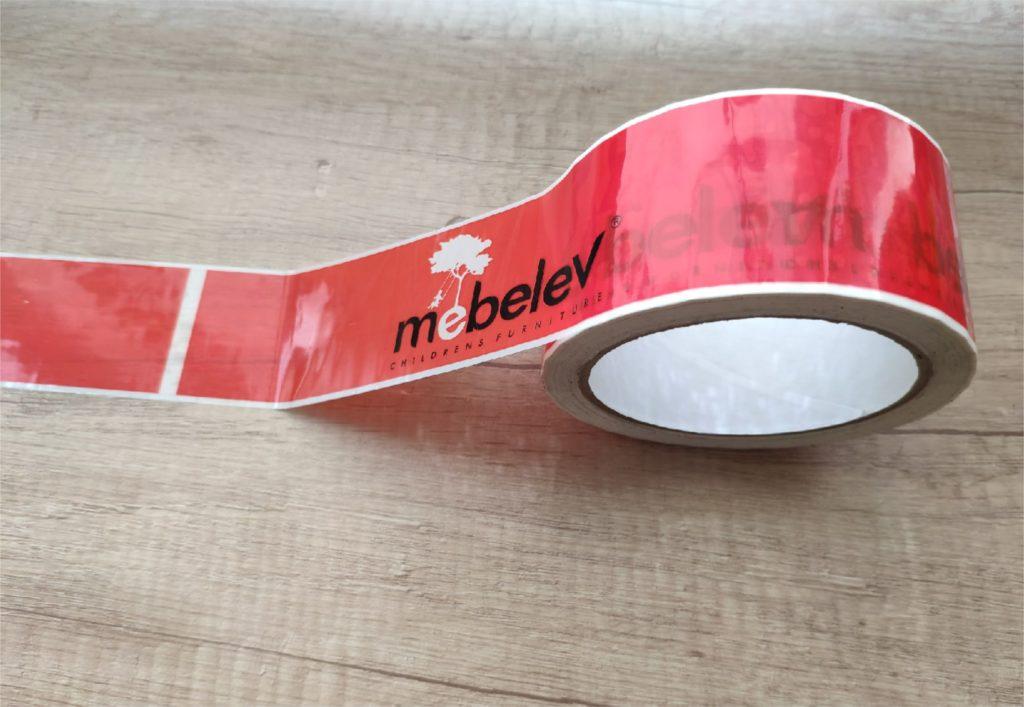 Красный скотч с фирменным логотипом